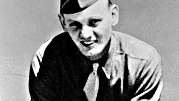 Eddie Slovik (1920-45) na fotografii wykonanej prawdopodobnie podczas podstawowego szkolenia wojskowego w Fort Wolters w Teksasie. Rozpoczął je 24 stycznia 1944 r., a do Francji został przerzucony w sierpniu wraz z dwunastoma innymi żołnierzami jako uzupełnienie kompanii G 109. pułku 28. Dywizji Piechoty.