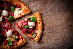 Dietetyczna pizza: gryczana, owsiana, razowa, zio�owa [5 PRZEPIS�W]