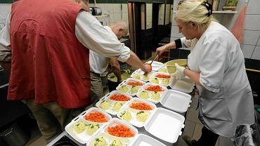 Spółdzielnia 'Kto rano wstaje' szykuje codziennie 130 obiadów dla podopiecznych Ośrodka Pomocy Społecznej. Zdobywa też prywatnych klientów