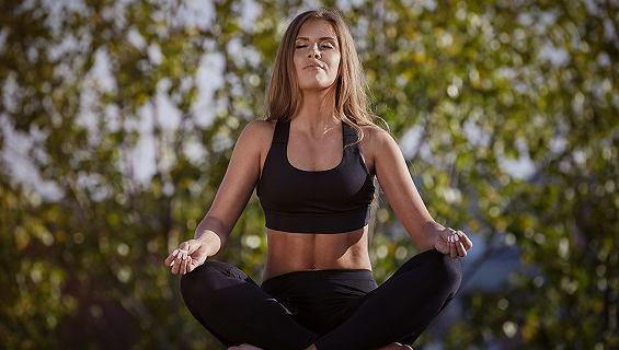 Paulina Kuczyńska przedstawia pozycje jogi, które pomogą ci się skutecznie odprężyć