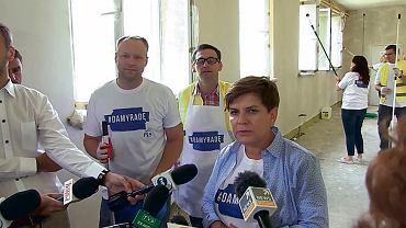 Marcin Mastalerek, wójt Pcimia Daniel Obajtek (dziś prezes koncernu Energa, a wcześniej prezes ARiMR) oraz Beata Szydło (wówczas kandydatka PiS na premiera) remontują gminną szkołę. Pcim, 24 sierpnia 2015 r.
