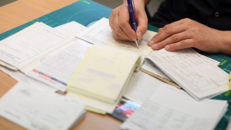 Wypisywanie zaświadczeń (zdjęcie ilustracyjne)