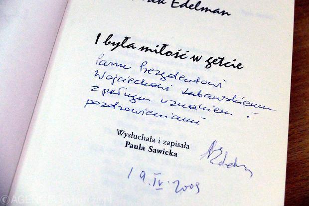 Ksi��ka dla prezydenta Kielc na �mietniku. Z dedykacj� Marka Edelmana