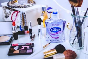 Jak prawidłowo dbać o akcesoria i pędzle do makijażu?