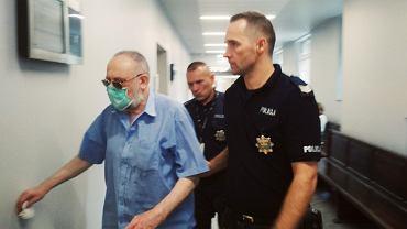 Janusz Krokos prowadzony przez policjantów do sali rozpraw