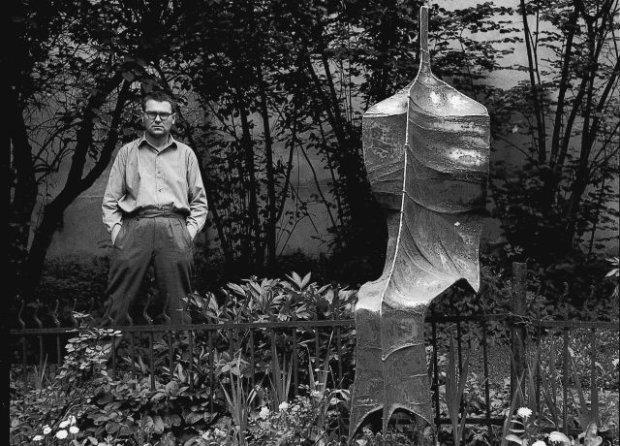 Zdzisław Beksiński w ogrodzie obok swojej rzeźby, Sanok, 1962 r.