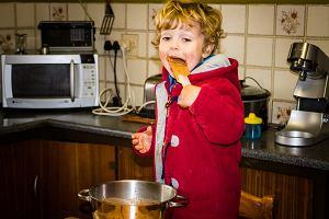 """Próbujesz surowego ciasta albo dajesz """"wylizać resztki"""" dzieciom? Epidemiolog: ostrzegamy przed ryzykiem"""