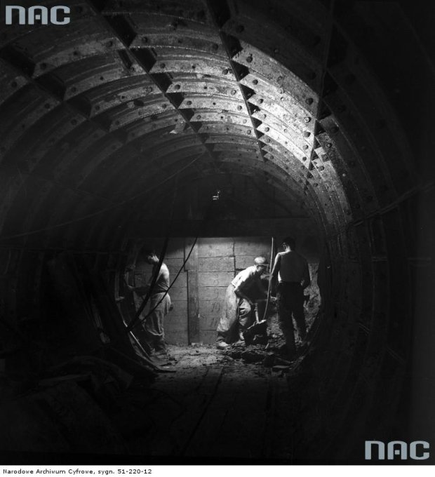 Rok 1956. Budowa pierwszego warszawskiego metra na Targówku. Niestety z braku pieniędzy inwestycję przerwano.