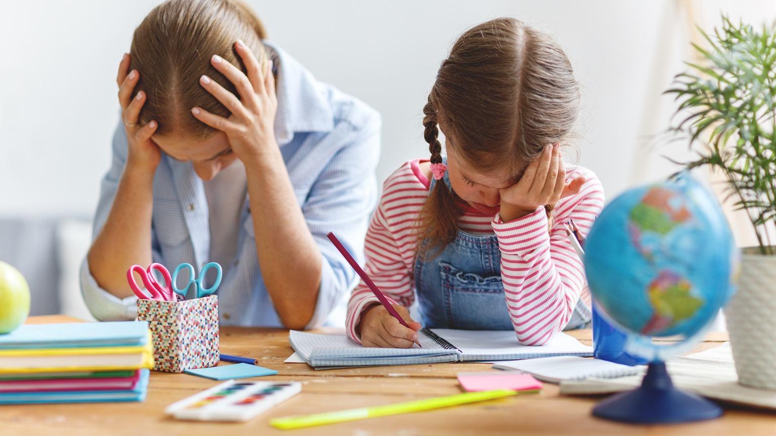 Z pokolenia na pokolenie zaganiamy dzieci do biurek coraz wcześniej i na coraz dłużej. Czy słusznie?