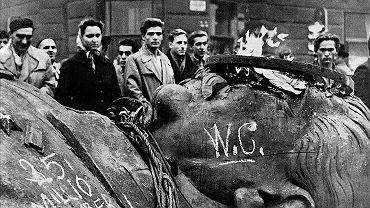 Rewolucja węgierska 1956 r. Głowa Stalina z obalonego przez manifestantów pomnika dyktatora na placu Bohaterów w Budapeszcie