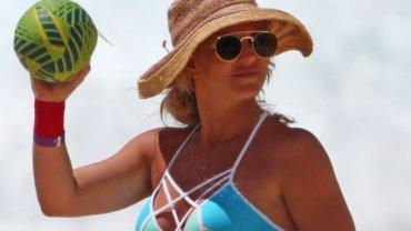Britney Spears dawno nie wyglądała tak dobrze. Gwiazda właśnie wróciła z wakacji na Hawajach, gdzie paparazzi nie odstępowali jej na krok. Opalona, promienna i wyrzeźbiona - taką Britney chcemy oglądać częściej.