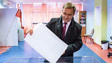 Wybory 2018. Wojciech Buczak podczas głosowania