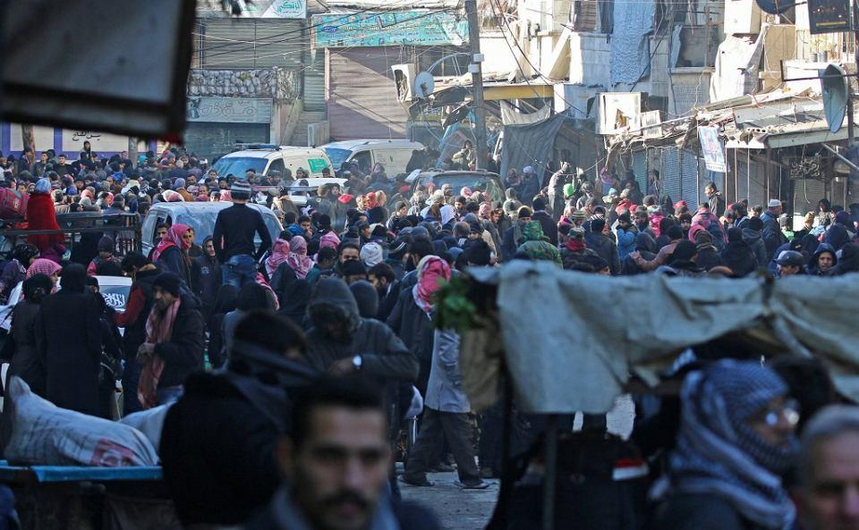 Mieszkańcy Aleppo zbierają się w oczekiwaniu na ewakuację