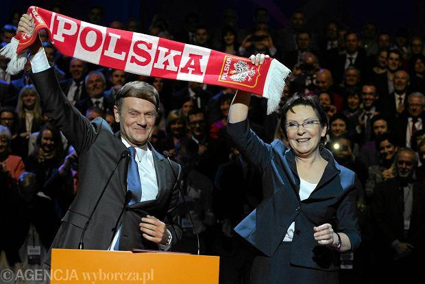 Donald Tusk i Ewa Kopacz z szalikiem-