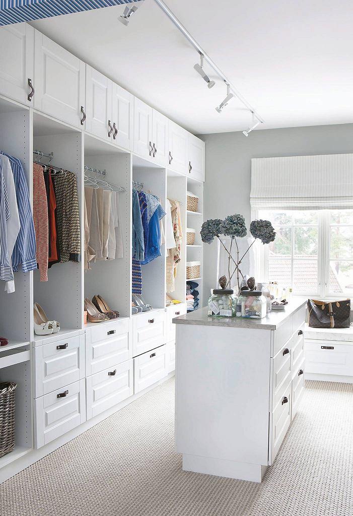 Garderoba z oknem również powinna być dobrze oświetlona - np.; sufitową listwą z reflektorkami o regulowanym kącie padania światła.
