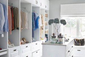 Jak urządzić garderobę, aby pomieściła jak najwięcej?