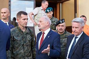 Macierewicz odwiedził wieś Rytel i zwraca się do żołnierzy: Nie ma tutaj co ryzykować