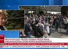 """TVP rzuciła się na pomoc rządowi. Są """"paski"""" atakujące protest rodziców i odpowiedni rozmówcy"""