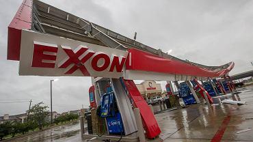 Stacja benzynowa w Teksasie, uszkodzona przez tropikalną burzę Harvey