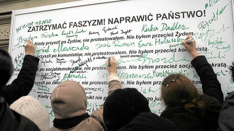 Uczestnicy wiecu podpisywali się na tablicy ze słowami niemieckiego pastora, działacza antynazistowskiego Martina Niemoellera