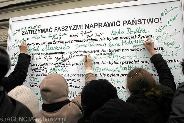 Uczestnicy wiecu podpisywali si� na tablicy ze s�owami niemieckiego pastora, dzia�acza antynazistowskiego Martina Niemoellera