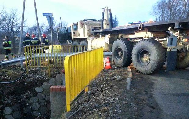 """Ciężarówka amerykańskiego wojska uderzyła w barierkę w Gorzowie. """"Rozpruła bak"""""""