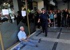 Australijczyk zobaczył zdjęcie Greka płaczącego pod bankiem. Postanowił go odnaleźć, by dać mu pieniądze