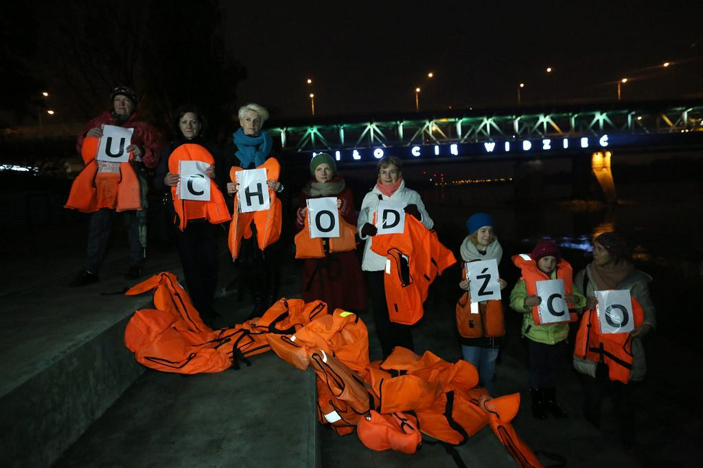 Akcja uliczna 'Kamizelki ratunkowe. Pamiętajmy o uchodźcach' w Warszawie (fot. Agata Grzybowska / Agencja Gazeta)