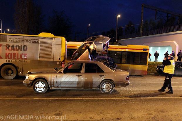 Kielce. Wypadek na w�le �ytnia, zderzy�y si� trzy samochody osobowe i dwa miejskie autobusy