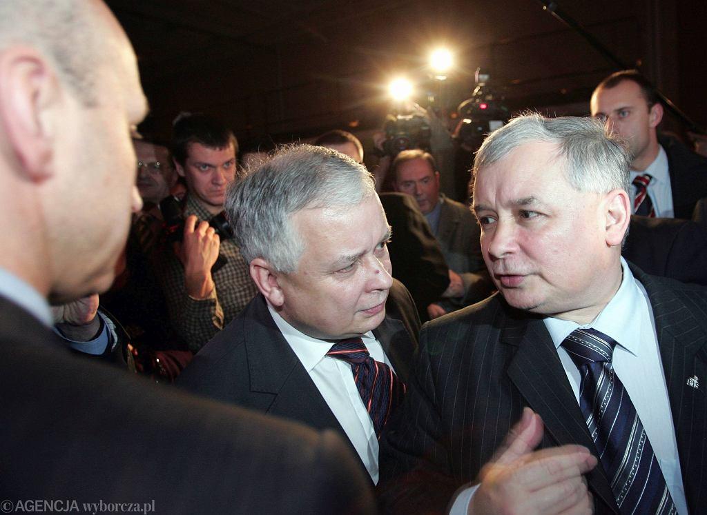 Lech i Jarosław Kaczyńscy, Warszawa 2006 rok (fot. Sławomir Kamiński / Agencja Gazeta)