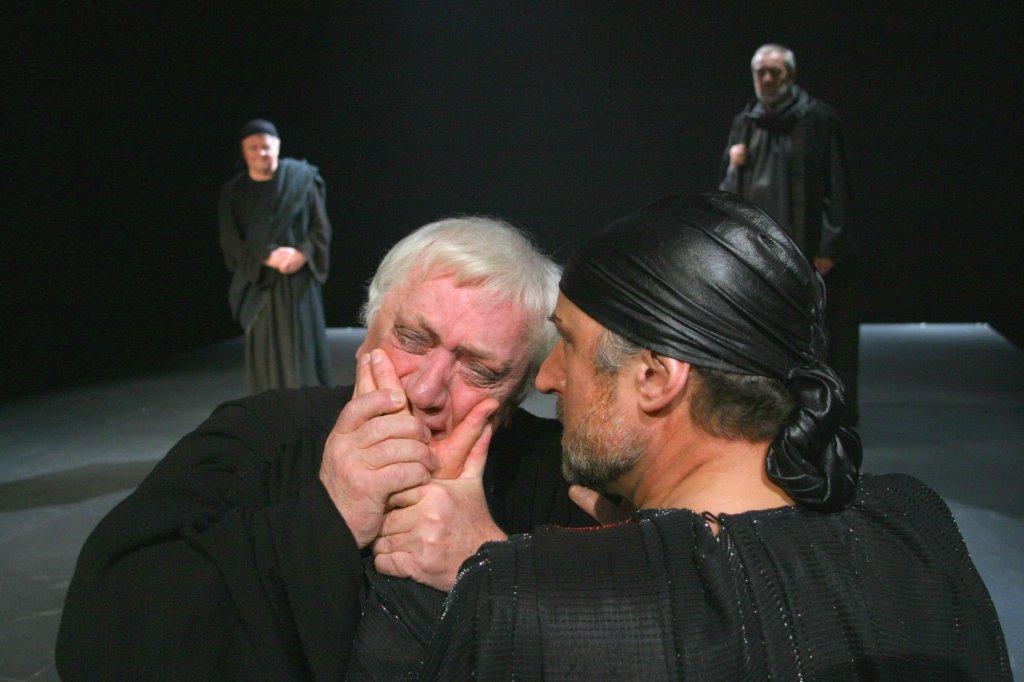 Marian Kociniak jako Sługa w 'Królu Edypie' Sofoklesa, reżyseria - Gustaw Holoubek (premiera 2004) / ARCHIWUM TEATRU ATENEUM W WARSZAWIE