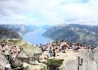 Preikestolen, zwany tak�e po angielsku Pulpit Rock, to najpopularniejsza naturalna platforma widokowa w Norwegii. Znajdziecie j� w prowincji Forsand w Ryfylke. Klif, zwie�czony p�ask�, prawie kwadratow� powierzchni� wznosi si� na wysoko�ci 604 metr�w nad fiordem Lyse. �eby zobaczy� niesamowity widok rozci�gaj�cy si� z Preikestolen trzeba si� troch� wysili�. Wspinaczka po stromych zboczach zajmuje od dw�ch do ponad trzech godzin, w zale�no�ci od sprawno�ci.