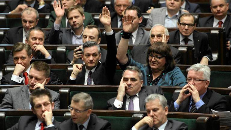 Posłowie podczas głosowania