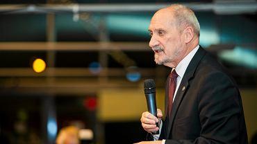 Macierewicz narzeka na caracale... i zaprasza Airbusa do z�o�enia nowej oferty