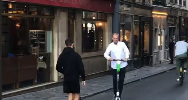Donald Tusk jeździ po Paryżu na hulajnodze. ''Moja niedzielna eko-wycieczka''