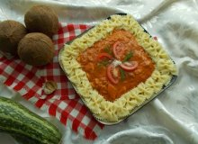Wegetaria�ski makaron farfalle z sosem kokosowo-pomidorowym z cukini� i pomidorami - ugotuj