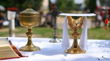 Naczynia liturgiczne na ołtarzu