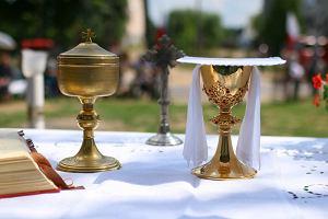 """Cud eucharystyczny w Legnicy? Biskup: """"Hostia przemieniła się w mięsień sercowy"""""""