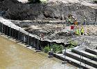 Woda już niemal przelewa się przez schodki oddzielające plac budowy metra od rzeki