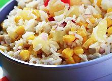 Sa�atka z ry�u z w�dzonym kurczakiem i kukurydz� - ugotuj