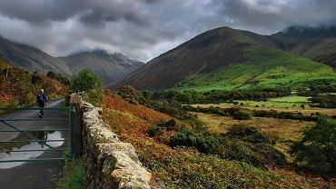 Lake District, Kraina Jezior, Cumbria, Anglia, Wielka Brytania  Park Narodowy Lake District to położona w północno-zachodniej Anglii niewielka część Krainy Jezior (hrabstwo Cumbria). Znajduje się tu 16 jezior (największe to: Windermere, Derwentwater, Thirlmere, Bassenthwaithe), rozsypanych jak klejnoty pośród stromych górskich zboczy. Lasy, wodospady, góry, jeziora i doliny polodowcowe z przepięknymi, zbudowanymi z kamienia wioskami przyciągają rocznie niemal 18 milionów turystów!