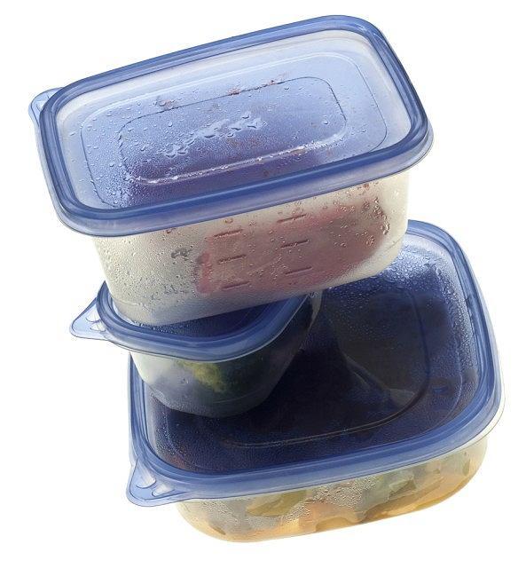Resztki z obiadu schowaj do szczelnych pudełek, by móc je wykorzystać przy kolejnym posiłku.