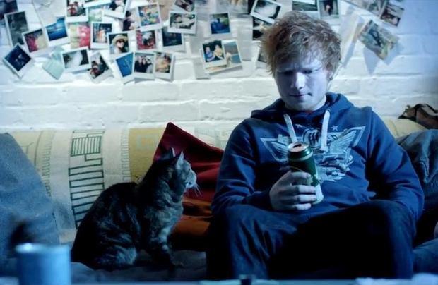 Każdy kolejny wypuszczony przez Eda Sheerana kawałek praktycznie od razu staje się hitem i ląduje na szczycie list przebojów. Pewien youtuber postanowił udowodnić, że utwory Brytyjczyka nie są tak wyjątkowe jak mogłoby się wydawać jego fanom.