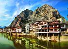 Amasya, Turcja. Amasya po�o�ona jest malowniczo w w�skiej dolinie rzeki Yesilirmak, a z obu stron otaczaj� j� strzeliste szczyty G�r Pontyjskich. Najwi�ksze atrakcje miasta to twierdza, grobowce w�adc�w pontyjskich oraz stara dzielnica miasta, s�yn�ca z dobrze zachowanych drewnianych dom�w z epoki osma�skiej po�o�onych tu� nad wodami rzeki. Nad miastem g�ruj� grobowce wykute w ska�ach.