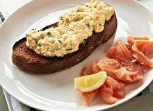 Tosty z kremową jajecznicą i łososiem - ugotuj
