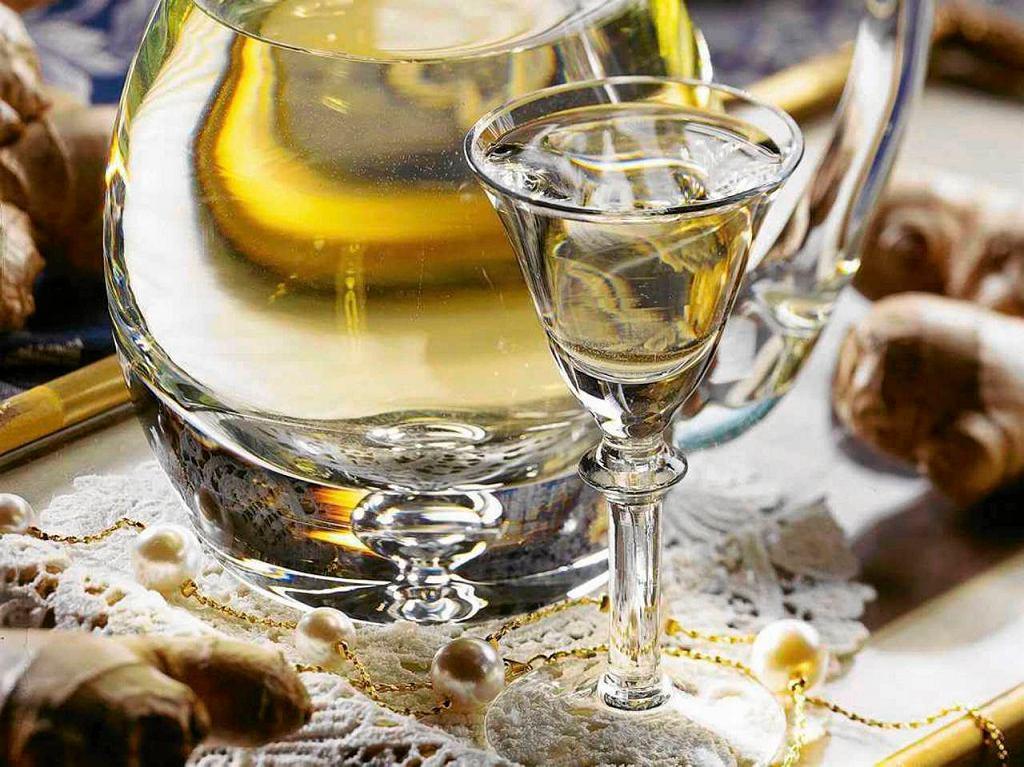 Arak to napój alkoholowy otrzymywany z ryżu, trzciny cukrowej i soku palmowego.
