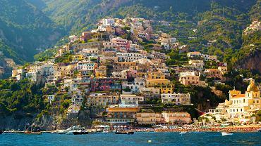 Niełatwo wybrać 50 miejsc w Europie, które trzeba zobaczyć. Jest ich bowiem znacznie więcej. Oto lista tych miejsc, które trzeba odwiedzić w pierwszej kolejności. Warto być tam chociaż raz w życiu. Czego na tej liście Waszym zdaniem brakuje?   Wybrzeże Amalfi, Włochy. Fragment Półwyspu Sorrento o nazwie Amafi uważany jest za jedno z najpiękniejszych widokowo miejsc Europy, a trasa prowadząca przez całą długość wybrzeża Amalfi za najbardziej malowniczą we Włoszech. Miasteczka Amalfi i Positano pnące się po nadmorskich klifach są najlepszą wizytówką tej okolicy.