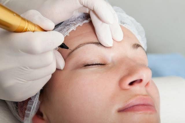 Makijaż permanentny pozwala zredukować niektóre blizny wywołane zmianami trądzikowymi