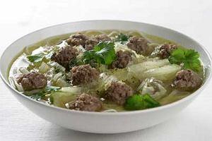 Zupa z makaronem ryżowym i mięsem mielonym
