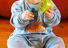 Siedmiomiesi�czne niemowl�: Jagoda, bawi�c si�, ci�gle zerka�a, czy jestem w pobli�u.